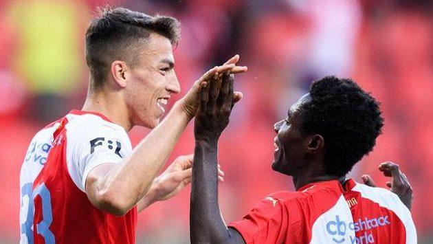 Petar Musa ze Slavie Praha a Oscar Dorley oslavují gól na 3:0.