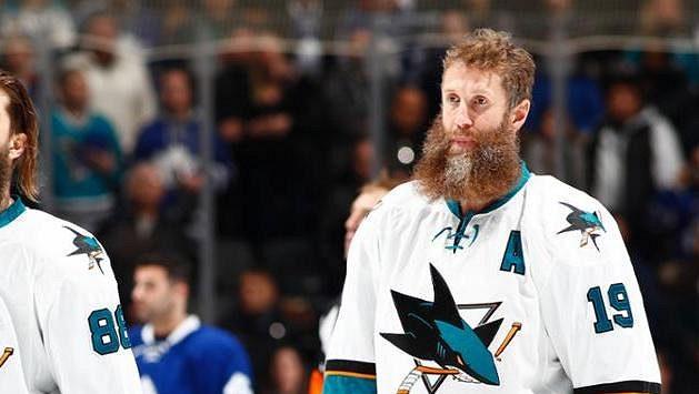Po patnácti sezonách v San Jose bude kanadský hokejový útočník Joe Thornton nastupovat v NHL za Toronto.