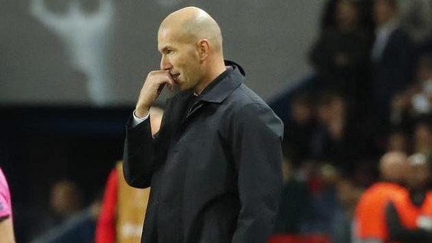 Trenér Realu Madrid Zinédine Zidane čelí po porážce na půdě PSG útokům fanoušků.