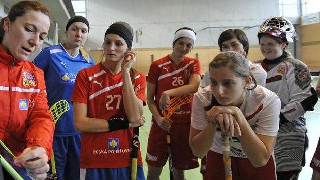 Dominika Šteglová (třetí zleva) při tréninku florbalové reprezentace.