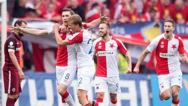 Fotbalisté Slavie Praha Jaromír Zmrhal (č.8) a Tomáš Souček se radují z gólu proti Spartě.