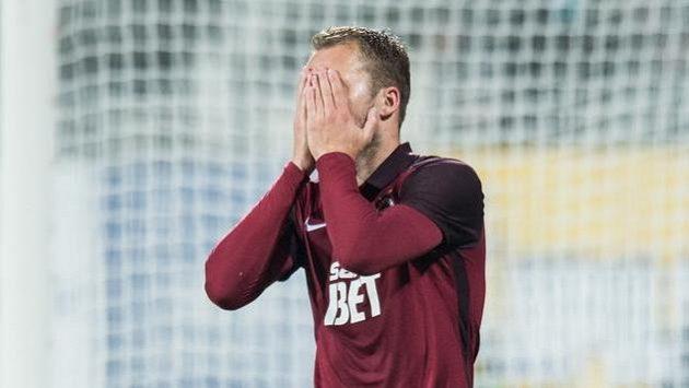 Michal Kadlec ze Sparty během utkání v Jihlavě. Také pro zkušeného obránce podzim skončil.