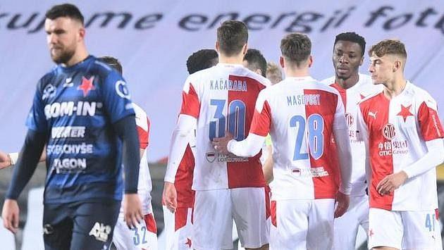 Fotbalisté Slavie se radují z gólu během osmifinále MOL Cupu s Karlovými Vary.