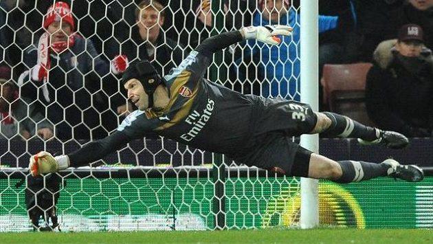 Petr Čech z Arsenalu při jednom ze zákroků proti Stoke.