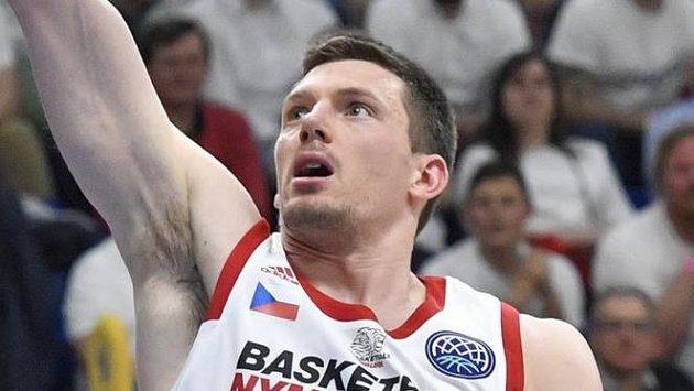 Pavel Pumprla z Nymburka v úvodním utkání osmifinále basketbalové Ligy mistrů.