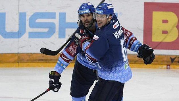 Kladenští útočníci Jaromír Jágr (vlevo) a Petr Vampola se radují z gólu.
