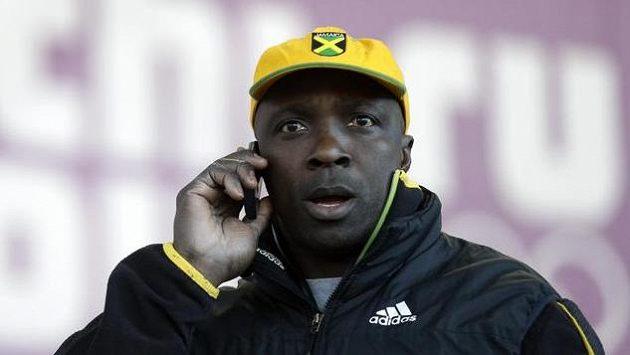 Jamajský bobista Winston Watts telefonuje v dějišti olympiády v Soči.