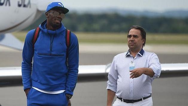 Jamajský sprinter Usain Bolt po příletu do Ostravy, vpravo manažer mítinku Alfons Juck.