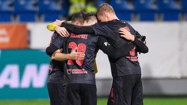 Fotbalisté Slavie oslavují vítězství 1:0 v Plzni.