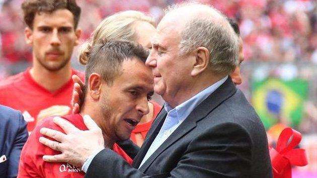 Prezident Bayernu Uli Hoeness (vpravo) při oslavách titulu bavorského klubu s Rafinhou.