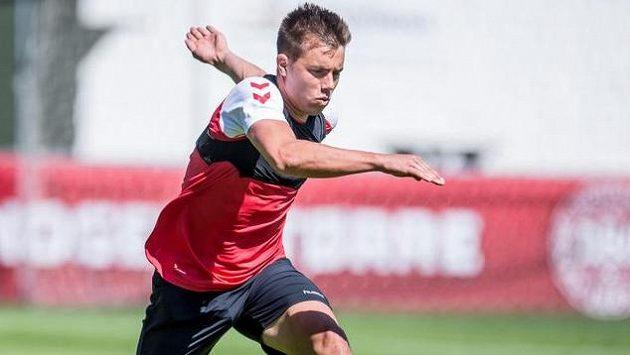 Obránce Jonas Knudsen na tréninku dánského týmu.