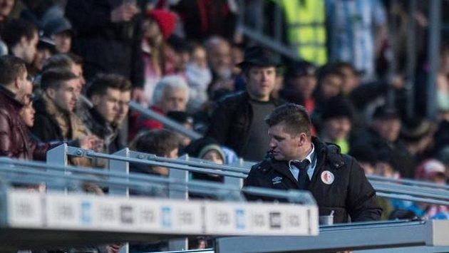 Trenér Slavie Praha Dušan Uhrin vykázaný na tribuně sleduje v Mladé Boleslavi.