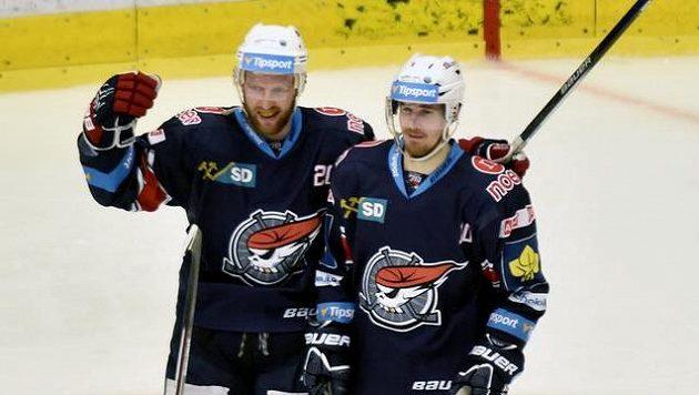 Chomutovští útočníci Tomáš Pospíšil (vlevo) a Roman Červenka se radují z gólu.
