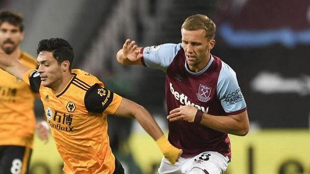 Útočník Wolverhamptonu Raúl Jiménez v souboji o míč se záložníkem West Hamu Tomášem Součkem v rámci 3. kola Premier League.