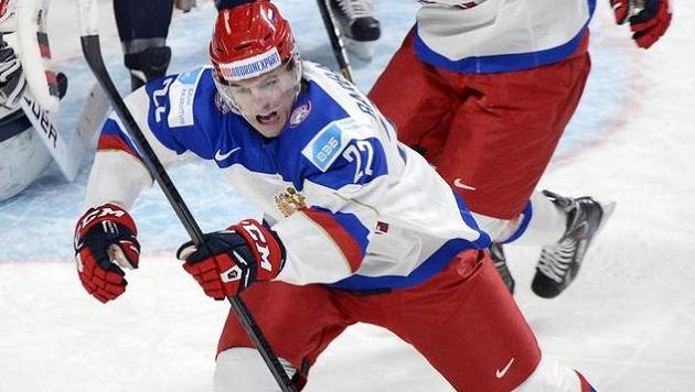 Ruský hokejista Ivan Barbašjov se raduje z gólu v play off MS hráčů do 20 let proti USA.