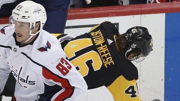 Hokejista Washingtonu Capitals Tom Wilson (nahoře) po střetu se Zachem Astonem-Reesem.