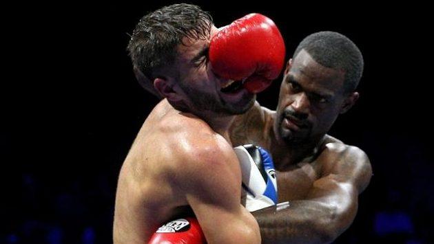 Tvrdý duel Prichard Colón (vlevo) - Terrel Williams ve Fairfaxu.