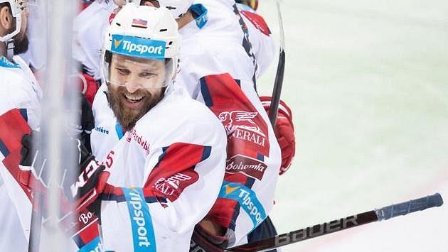 Marek Hovorka z Pardubic oslavuje se spoluhráči gól - ilustrační foto.