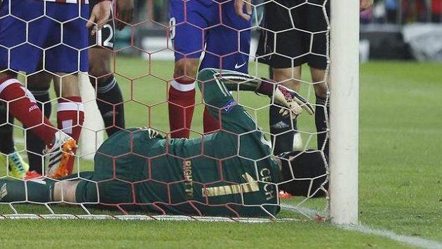 Zraněný brankář Chelsea Petr Čech si říká o střídání v úvodním semifinále Ligy mistrů proti Atlétiku Madrid.