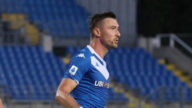 Jaromír Zmrhal v dresu Brescie oslavuje gól proti Spal Ferrara.