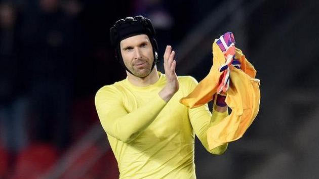 Petr Čech zřejmě po sezóně Chelsea zamává a na rozloučenou i zatleská.
