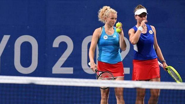 Kateřina Siniaková (vlevo) a Barbora Krejčíková během osmifinálového zápasu na hrách v Tokiu.