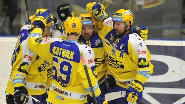 Zlínští hokejisté se radují z gólu.