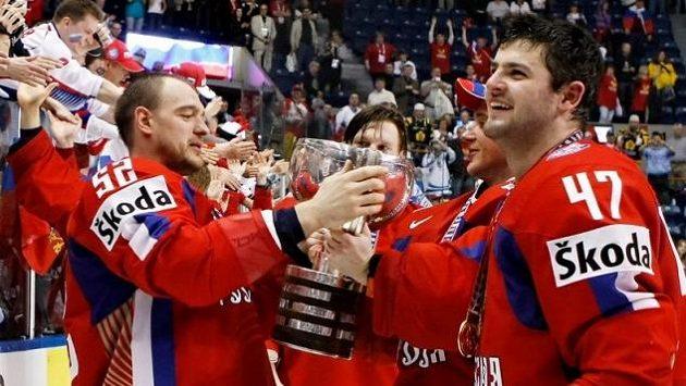 Ruští hokejisté Andrej Markov (vlevo) a Alexandr Radulov s titulem pro mistry světa ze šampionátu v roce 2008.
