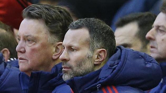 Louis van Gaal a asistent Ryan Giggs během zápasu na Anfield Road.