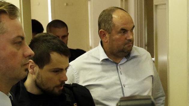 Justiční stráž a policie přivádí Miroslava Peltu k soudu, který rozhodl o jeho vzetí do vazby.