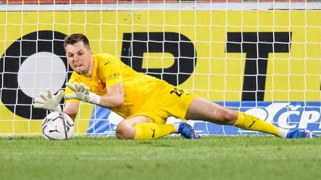 Brankář Slavie Praha Aleš Mandous zasahuje během utkání se Slováckem.
