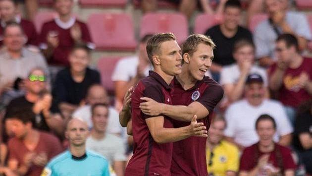 Bořek Dočkal a Lukáš Juliš (vpravo) se radují ze vstřeleného gólu proti Slovácku.