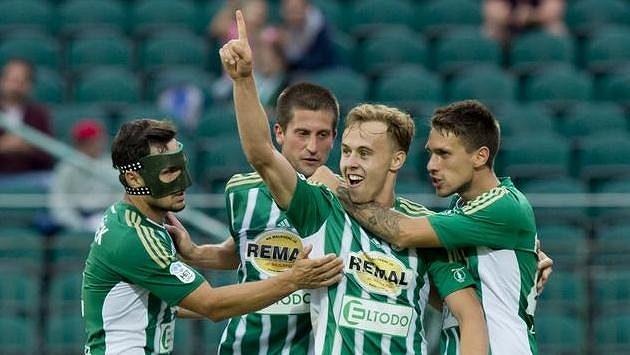 Martin Hašek z Bohemians (druhý zprava) se raduje se svými spoluhráči z gólu.