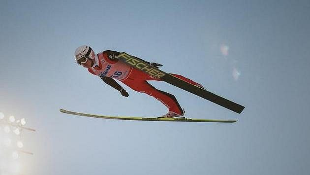 Simon Ammann ze Švýcarska při nedávných letech na lyžích v Harrachově.
