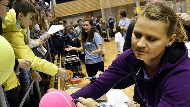 Lucie Šafářová (vpravo) se podepisuje na charitativní exhibici v Brně.