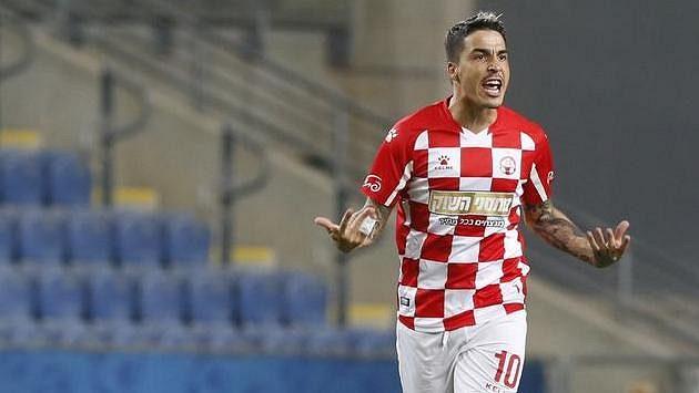 Josué z Beer Ševy po proměněné penaltě proti Plzni.