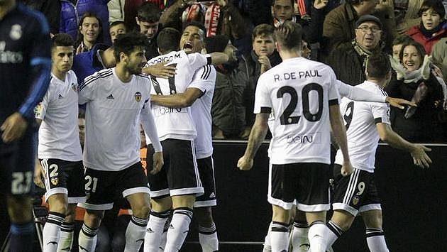 Radost hráčů Valencie během utkání s Realem Madrid.
