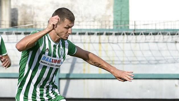 Tomáš Necid z Bohemians bojuje o míč v utkání 5. kola Fortuna ligy proti Pardubicím.