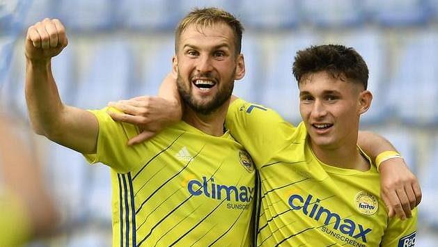 Zleva Tomáš Poznar a David Tkáč ze Zlína se radují z gólu. Ilustrační foto.
