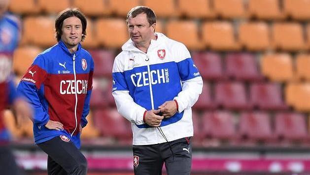 Záložník Tomáš Rosický a trenér Pavel Vrba