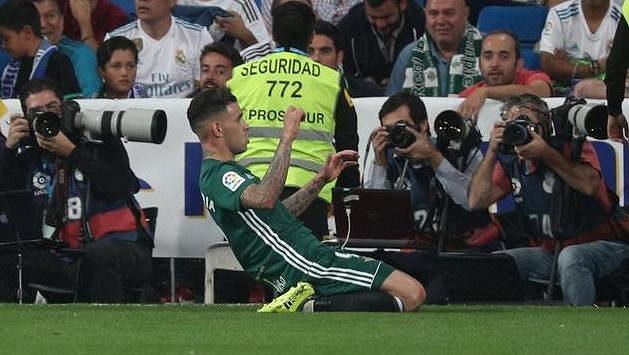 Antonio Sanabria z Betisu slaví gól do sítě Realu - archivní snímek.