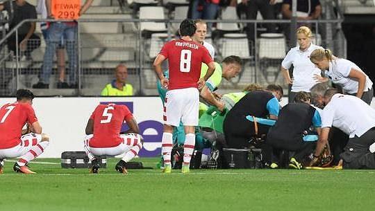 Nepříjemnost v zápase EL Alkmaar - Dundalk. Autor domácí branky Stijn Wuytens byl po srážce v bezvědomí.
