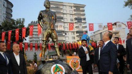 Další pocta zesnulému Šuralovi. V Turecku odhalili jeho sochu, pojmenovali po něm park