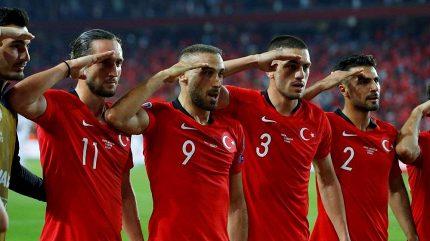 Fotbalistům Turecka za salutování hrozí trest od UEFA