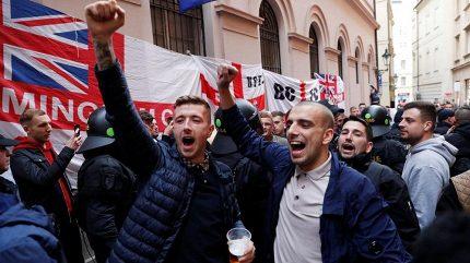 Několik zadržených. V centru svištěly vzduchem lahve, fanoušci Anglie se pak přesunuli do Edenu