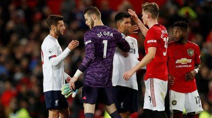 Líbají se a objímají. Nechutné! pobuřuje legendu chování hráčů Liverpoolu a Manchesteru United