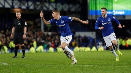 Infarktová bitva! Everton si dal vlastní gól, pak zahodil penaltu. Bod zachránil v 6. minutě nastavení