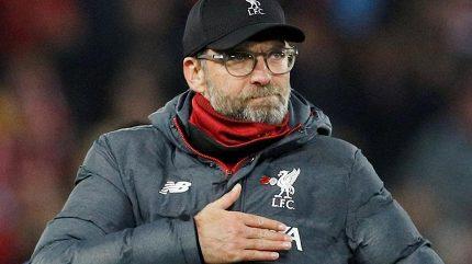 Fanoušci Liverpoolu připravili Manchesteru horké přivítání. Navzdory prosbám Kloppa