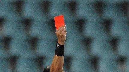 Šílené! Nejzbytečnější červená karta v historii fotbalu. Za co sudí vylučoval?