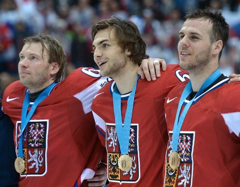 Při ceremoniálu po výhře nad Finy zpívají českou hymnu Petr Tenkrát (zleva), Michael Frolík a střelec vítězného gólu David Krejčí